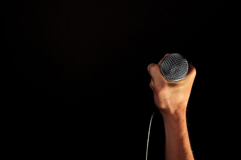 Hipnosis para hablar en público cantar conversar miedo social